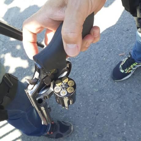 Com suspeitos, foram encontradas dois revólveres e anotações sobre as cobranças Foto: Divulgação / Divulgação