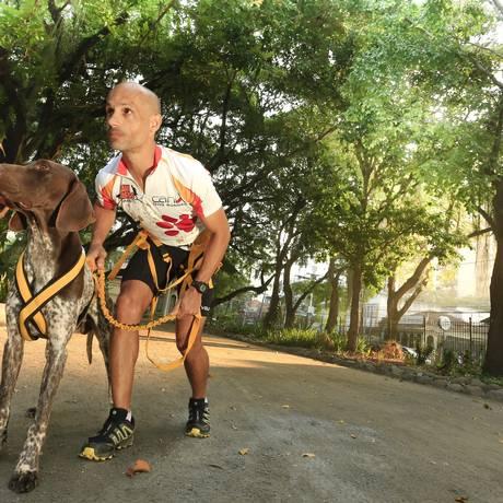 Foco. Wilian e o braco alemão Xico: dupla treina até cinco vezes por semana Foto: Roberto Moreyra / Roberto Moreyra