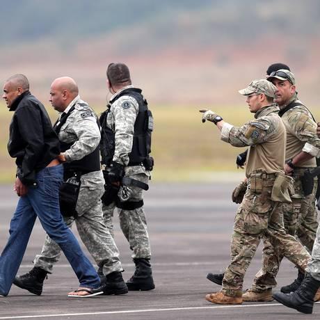 Agentes da Polícia Federal escoltam Adélio Bispo de Oliveira para uma prisão federal, em Campo Grande, Mato Grosso Foto: Ricardo Moraes / Reuters