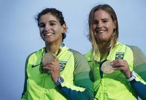 Martine Grael e Kahena Kunze com a medalha de ouro conquistada no Rio-2016 na classe 49er FX Foto: Jorge William