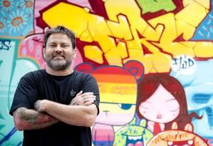 Intercâmbio. Toz com um de seus grafites, na área do MAM: na Semana Design Rio, ele contará como as conexões estabelecidas na rua levaram sua arte para o mundo Foto: Adriana Lorete / Adriana Lorete