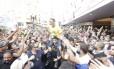 O candidato Jair Bolsonaro em meio à multidão em Juiz de Fora