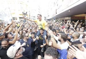 O candidato Jair Bolsonaro em meio à multidão em Juiz de Fora Foto: Antonio Scorza / Agência O Globo