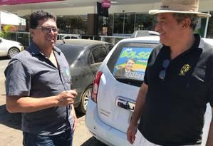 Apoiador de Bolsonaro, o consultor Walter Abreu (à direita, de chapéu) conversa com o presidente do PSL de Montes Claros, Levi Castilho Foto: Thiago Herdy / Agência O Globo