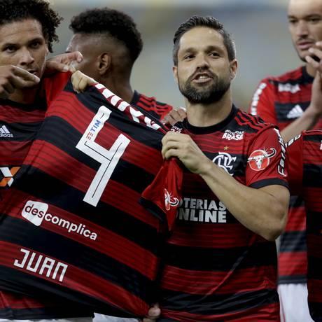 Diego exibe a camisa 4 de Juan após fazer gol de pênalti na vitória sobre a Chapecoense, no Maracanã Foto: Marcelo Theobald