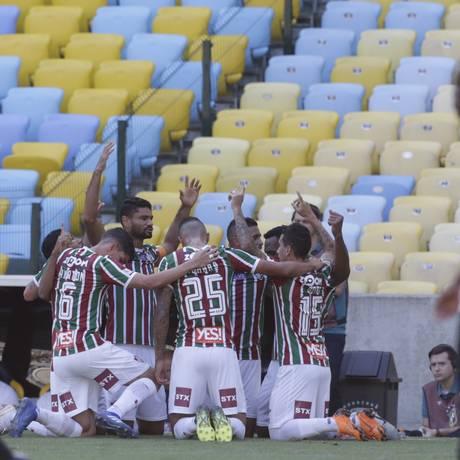 Jogadores do Fluminense comemoram o gol de Digão, o da vitória sobre o Botafogo Foto: Antonio Scorza / Agência O Globo
