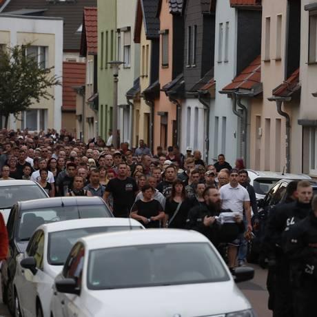 Manifestantes em Koethen, na Alemanha, neste domingo, após a morte de um jovem de 22 anos em uma briga Foto: ODD ANDERSEN / AFP