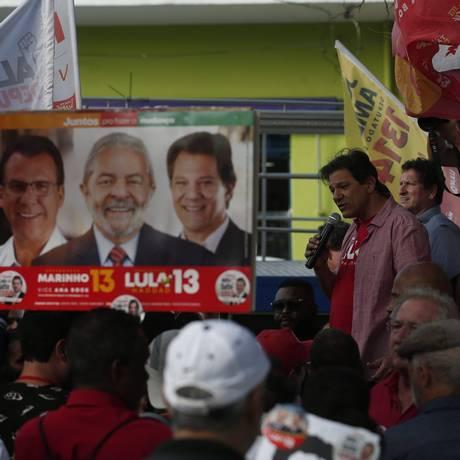 O candidato do PT, Fernando Haddad, faz discurso durante ato de campanha em São Paulo Foto: Marcos Alves / Agência O Globo