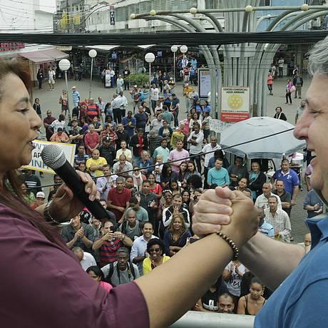 A vereadora Maria Landerleide de Assis Duarte, a Leide, e Garotinho em campanha em Duque de Caxias Foto: Antonio Scorza / Agência O Globo