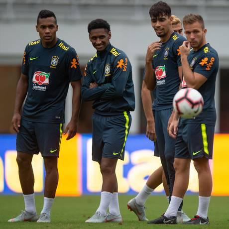 Jogadores da seleção observam a bola durante treino em Washington Foto: Pedro Martins / Pedro Martins