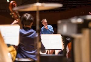 O maestro Jonathan Nott Junge e a Deutsche Philharmonie, que se apresentam na série Globo Dell'Arte Foto: Achim Reissner / Divulgação
