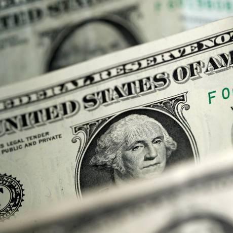 Cédulas de dólar, a moeda oficial dos Estados Unidos Foto: Dado Ruvic/Reuters