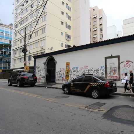 Policiais federais fazem a reintegração de posse do Mercadinho São José, em Laranjeiras Foto: Marcia Foletto / Agência O Globo