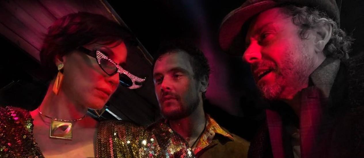 Marina Dias, Sergio Guizé e Alexandre Nero, em cena Foto: Ravel Cabral/Divulgação