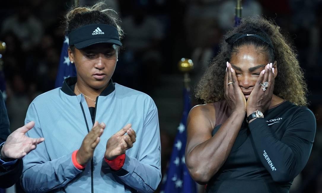 Naomi Osaka, campeã do US Open aplaude enquanto Serena Williams chora na cerimônia de premiação no Centro Nacional de Tênis Billie Jean King em Nova York TIMOTHY A. CLARY / AFP