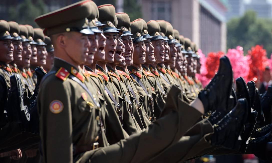 Soldados do Exército Popular da Coréia marcharam durante apresentação na praça Kim Il Sung em Pyongyang. A Coréia do Norte realizou um desfile militar para comemorar seu 70º aniversário Foto: ED JONES / AFP