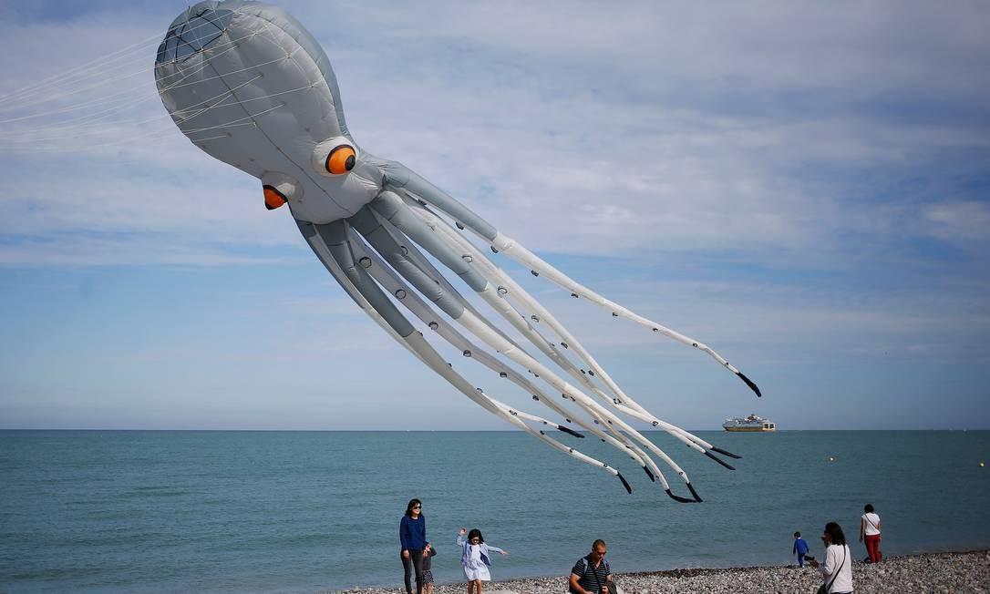 Uma pipa de polvo participa da 20ª edição do International da Dieppe Kite Festival em Dieppe, noroeste da França. O evento reúne milhares de pessoas de 34 países diferentes Foto: CHARLY TRIBALLEAU / AFP