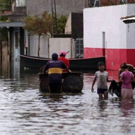Rua inundada em Assunção, no Paraguai, em dezembro de 2015: El Niño provocou tempestades severas na América do Sul Foto: NORBERTO DUARTE/AFP
