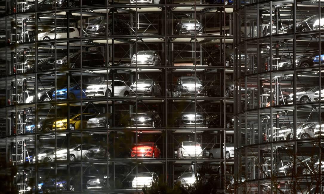Carros da Volkswagen são vistos em uma torre de entrega na fábrica da Volkswagen em Wolfsburg, Alemanha Foto: Fabian Bimmer / REUTERS