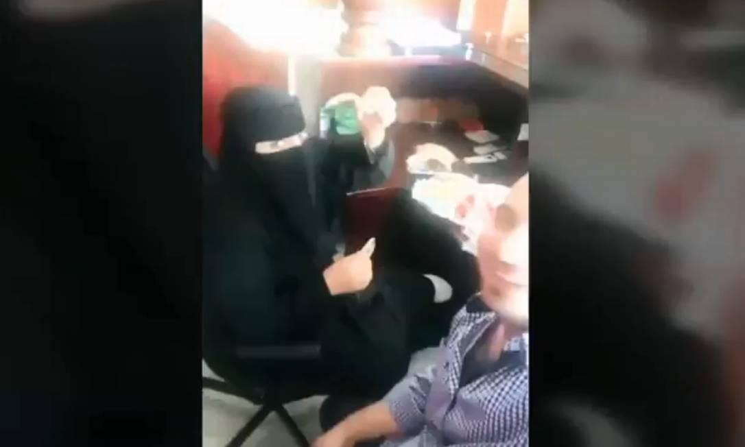 Vídeo que mostra colegas de trabalho tomando café da manhã foi compartilhado milhares de vezes Foto: Reprodução Yourube