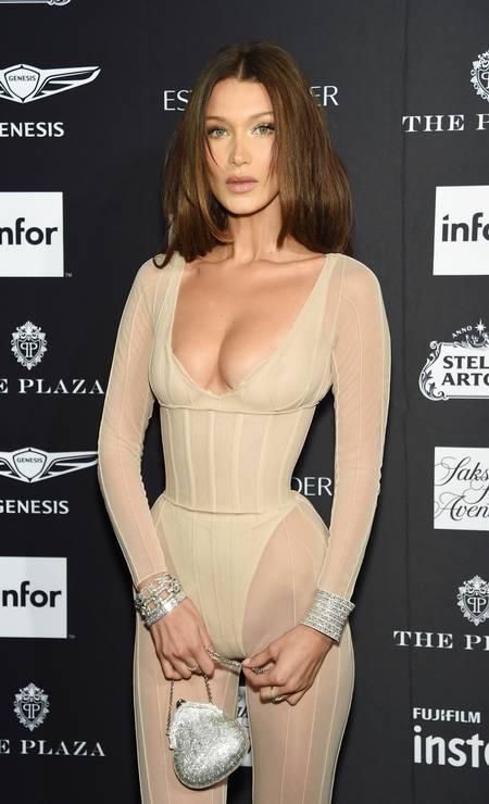 Numa festa da semana de moda, Bella foi alvo de comentários ao mostrar sua cintura minúscula no tapete vermelho Foto: Dimitrios Kambouris / Getty Images for Harper's Bazaar