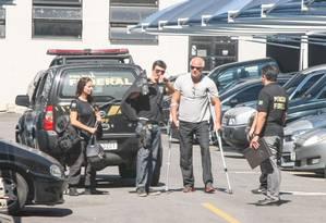 O empresário Miguel Iskin, de muletas, preso pela PF, chega à sede do órgão Foto: Celso Barbosa/Brazil Photo Press 11-04-2017 / Agência O Globo