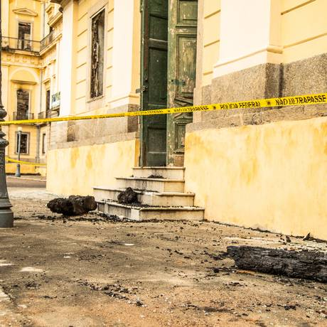 Diretor do Museu Nacional se reuniur com Polícia Federal e Defesa Civil para discutir remoção de escombros Foto: Agência O Globo