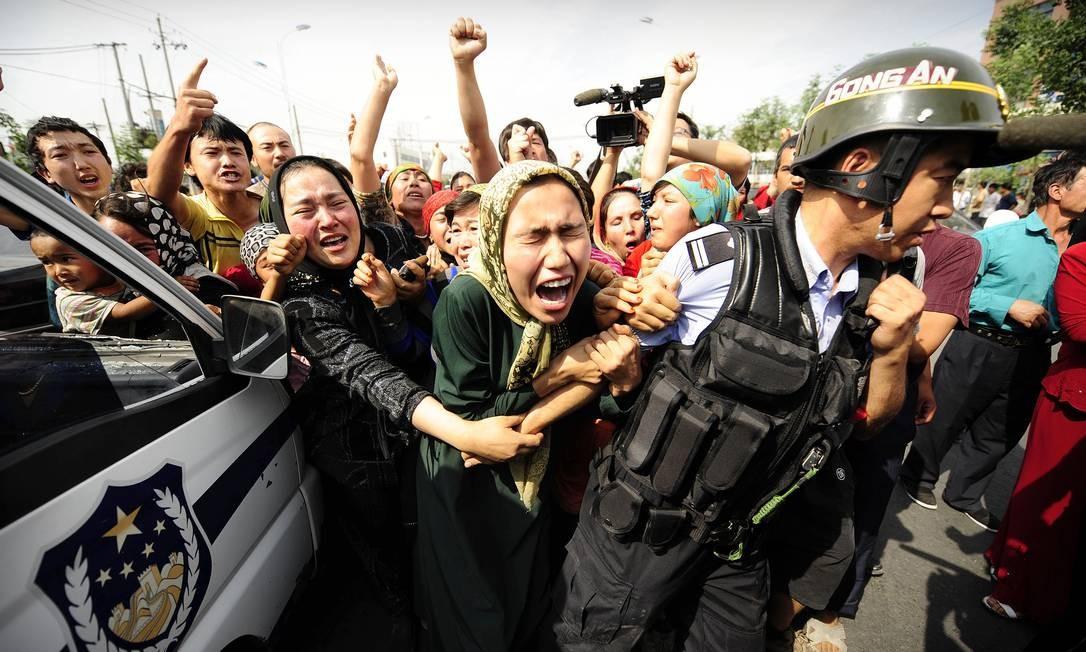 Mulheres uigures protestam na cidade de Urumqi, na província de Xinjiang, em 2009: repressão a minoria é crescente na China Foto: PETER PARKS / AFP