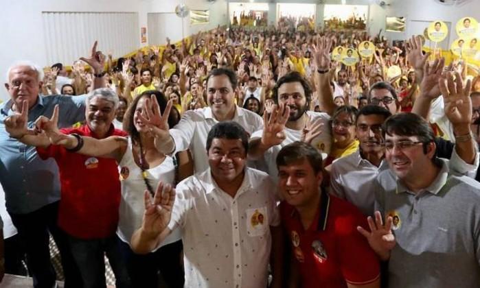 """Jarbas Vasconcelos (MDB-PE), à esquerda, fazendo """"L"""" de Lula com a mão esquerda Foto: Reprodução"""