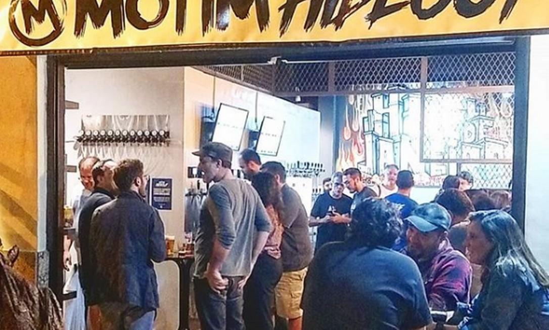 Motim Hideout. A cervejaria carioca acaba de abrir o bar em Copacabana, com 12 torneiras funcionando no estilo de autoatendimento. Além de oito rótulos Motim, como a Folklore Pils (R$ 2,80/100ml) e a Cabanagem (R$ 4,90/100ml), o lugar terá sempre quatro cervejas convidadas, geralmente, de fora do Rio. Rua Barata Ribeiro 247, Copacabana Foto: Reprodução Instagram / Divulgação