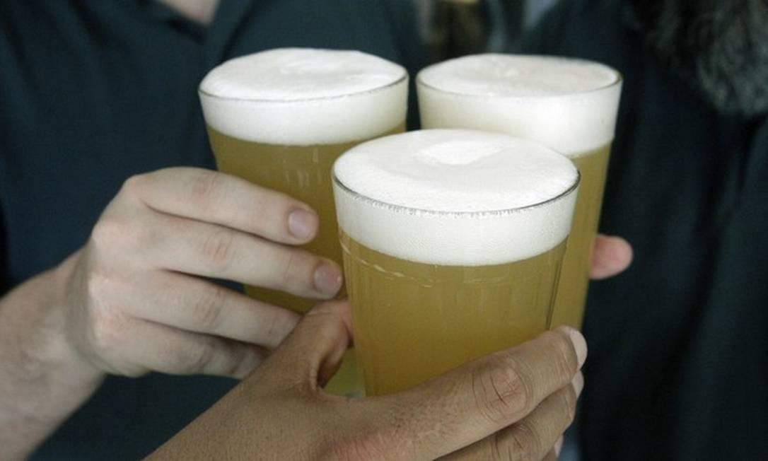 Amigos brindam com cerveja: pr[atica do 'binge drinking' é fator de risco para alcoolismo Foto: Luiz Ackermann
