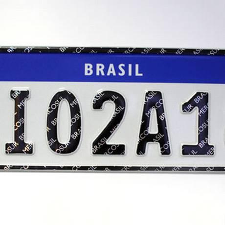 As placas terão fundo branco e letras pretas. A tarja superior é azul Foto: Divulgação