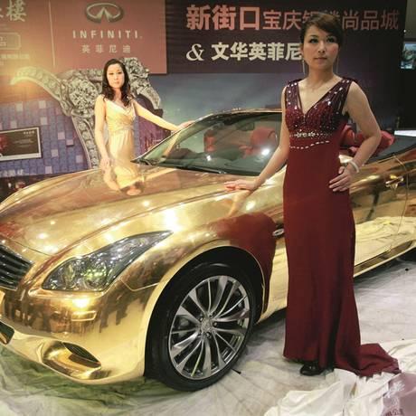 Carro banhado em ouro exposto em joalheria de Nanjing, no leste da China. O país deverá se tornar em 2020 o maior mercado de luxo do mundo, preveem especialista Foto: AFP/GettyImages