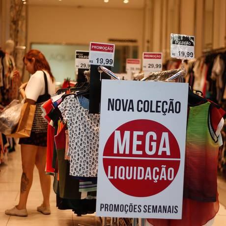 Liquidação em lojas de vestuário Foto: Marcos Alves / Agência O Globo