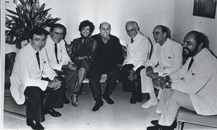 Foto de Tancredo e Risoleta com médicos, em 1985 Foto: Gervásio Baptista