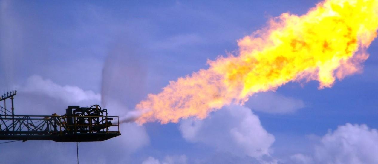 Ventilação e queima de metano, o 'flaring', em operação de extração de petróleo e gás: governo Trump também quer reduzir restrições na prática Foto: Ken Doerr/Creative Commons