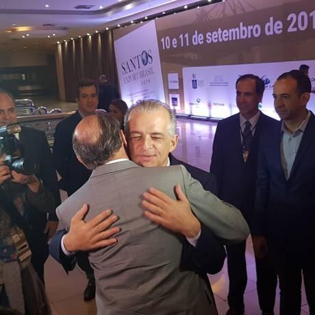 Alckmin, de costas, abraça Marcio França, em Santos Foto: Gustavo Schmitt