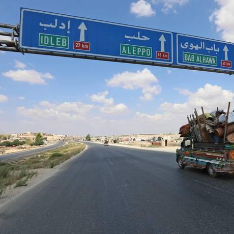 Moradores fogem da província síria de Idlib rumo à fronteira com a Turquia Foto: OMAR HAJ KADOUR / AFP