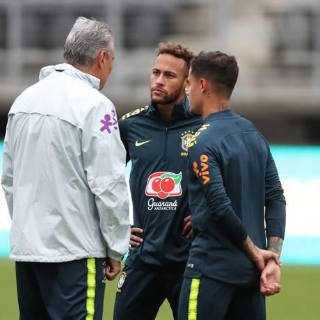 Tite conversa com Neymar e Philippe Coutinho durante treino em Washington Foto: Lucas Figueiredo/CBF