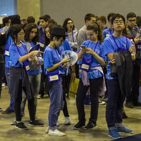Medalhistas da edição de 2017 da OBMEP esperam para receber o prêmio em evento especial durante o Congresso Internacional de Matemáticos, realizado em agosto passado no Rio: iniciativa amplia em 5,2 milhões de crianças universo potencial de participantes na competição Foto: Bárbara Lopes/02-08-2018