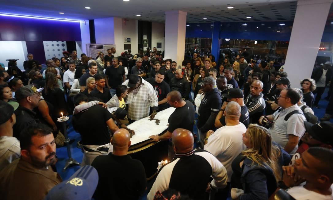 Velório de Catra teve roda de orações Foto: MARCELO THEOBALD / Agência O Globo