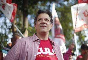 Fernando haddad faz corpo a corpo com eleitores na zona sul de SP Foto: Marcos Alves / Agência O Globo