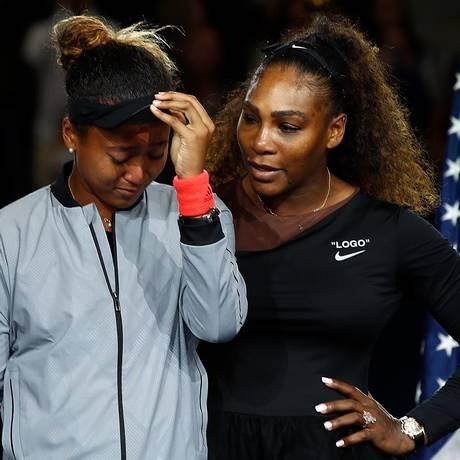 Naomi Osaka é consolada por Serena Williams na cerimônia de premiação do US Open Foto: JULIAN FINNEY / AFP