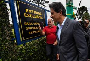 Fernando Haddad (R) visita Lula em Superintendência da PF em Curitiba Foto: NELSON ALMEIDA / AFP