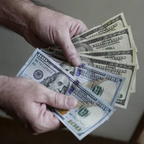 Tensões eleitorais fazem com que o dólar ganh força ante o real Foto: Domingos Peixoto / Agência O Globo