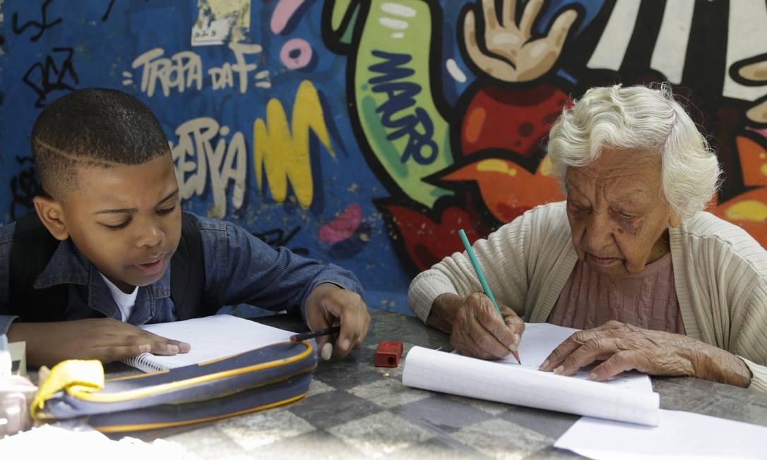 Nilda, de 93 anos, tem aulas ao lado do menino Marlom Foto: Gabriel de Paiva / Agência O Globo