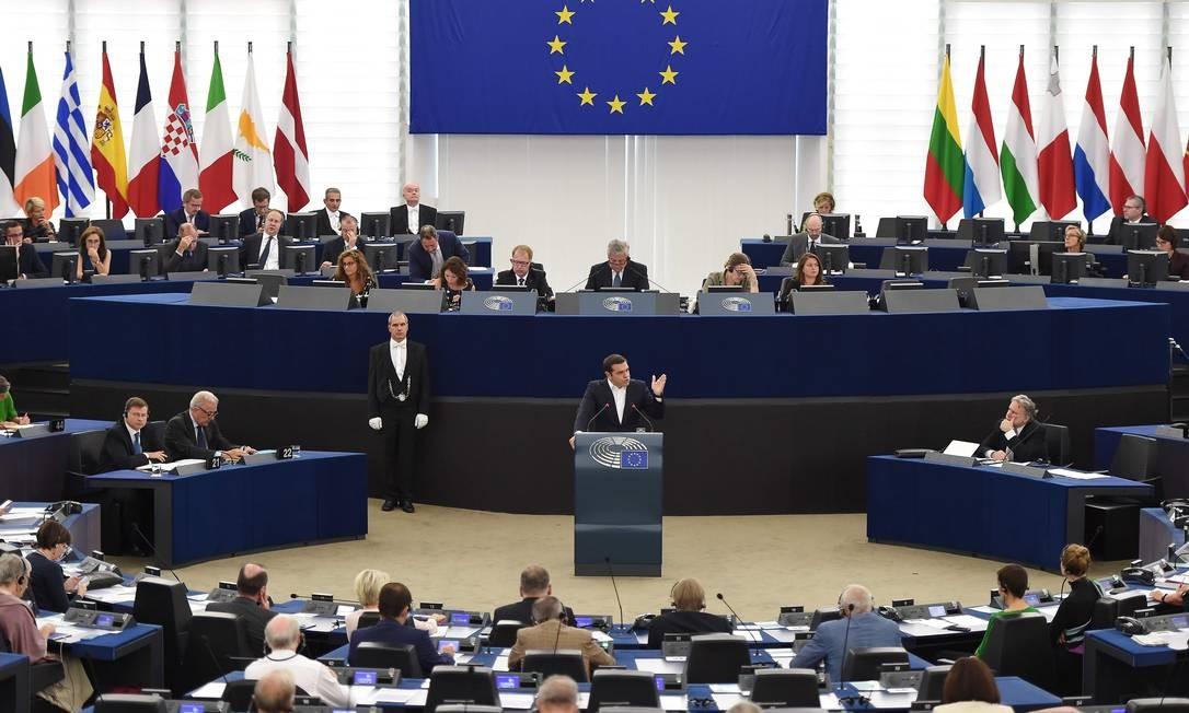 O primeiro-ministro grego, Alexis Tsipras, fala durante um debate sobre o futuro da Europa durante uma sessão plenária no Parlamento Europeu, em Estrasburgo, no leste da França Foto: FREDERICK FLORIN / AFP