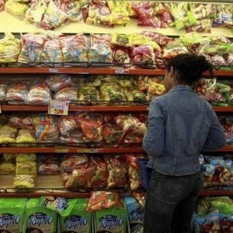Compras no supermercado Foto: Arquivo - Agência O Globo