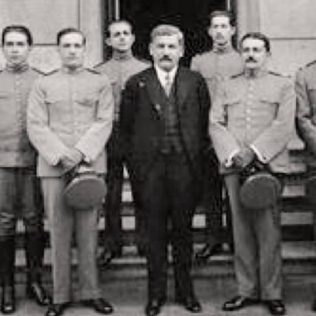 Eduardo Borges da Costa, chefe da missão, à esquerda do governador de Minas Gerais, Delfim Moreira (de terno) Foto: Centro de Memória de Medicina de MG/ Divulgação