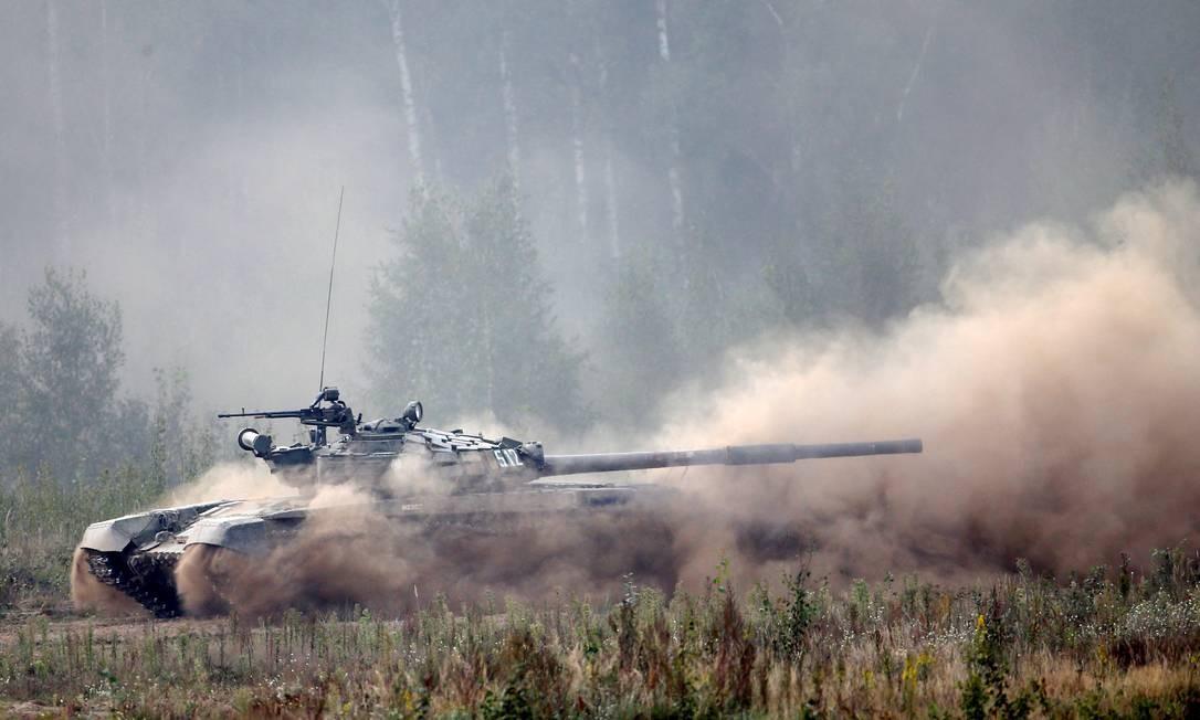 Um tanque T-72 simula um ataque em um campo de tiro durante um exercício militar perto da cidade de Borisov na Bielorrússia Foto: VASILY FEDOSENKO / REUTERS